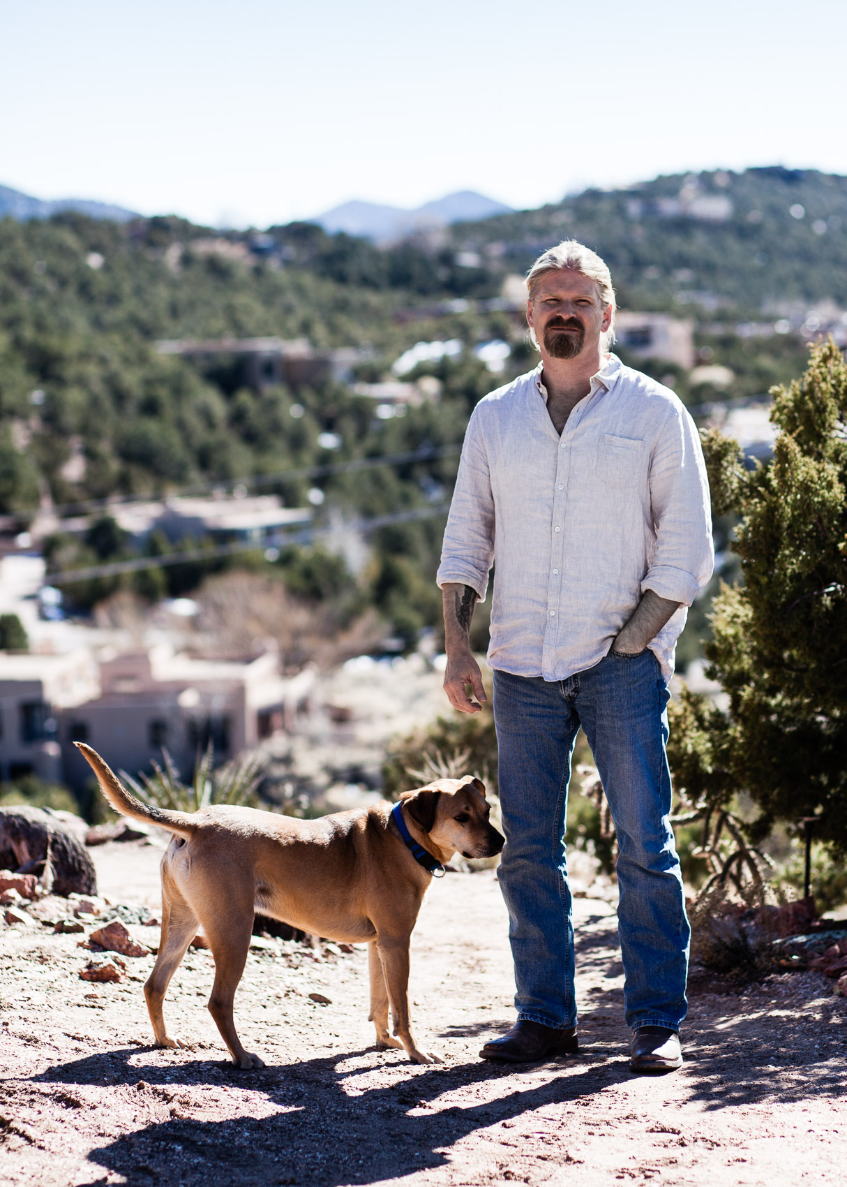 Marcus J. Hamilton, postdoctorial fellow at Santa Fe Institute and his dog Moby /  brand eins Thema | PATRICK STRATTNER PHOTOGRAPHY